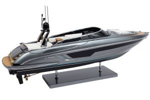 Riva Rivale Bootsmodell Steuerbord